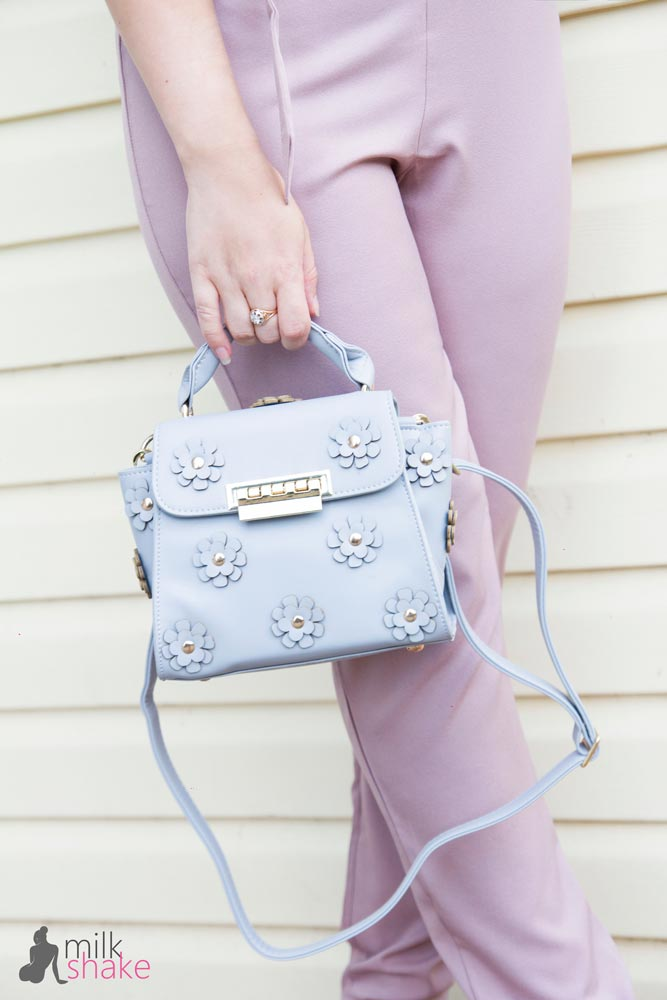 Blue handbag and pink cotume